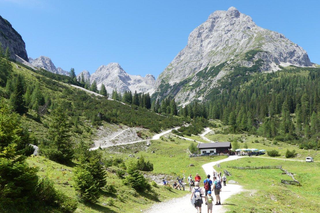 Uit de bocht in het Oostenrijkse Ehrwald